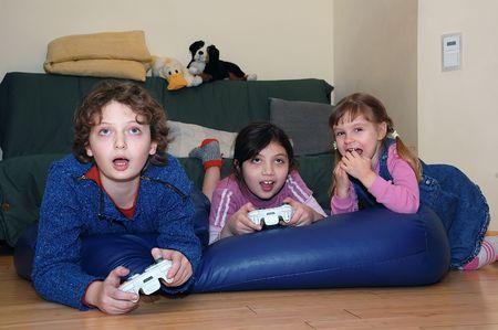 ni�os jugando videojuegos: Reproducci�n de V�deo Juegos