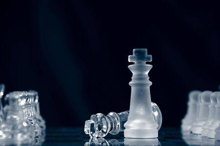 Schachmatt: Matt mit Glas K�nig liegt auf Schachbrett vor schwarzem Hintergrund