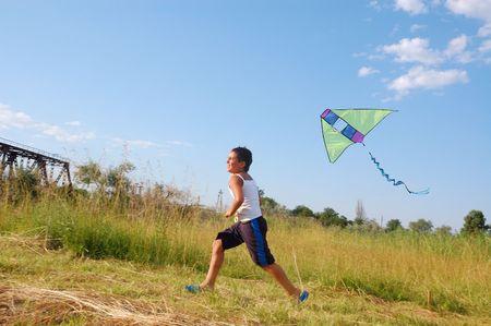 actividades recreativas: niño volar una cometa Foto de archivo