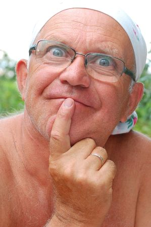 屋外男の肖像シニア彼の唇を渡って彼の funger を置くこと