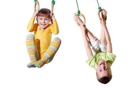 体操リングに掛かっている 2 つの 4 歳の子供