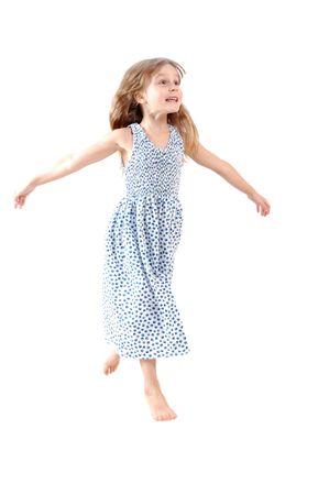nina corriendo: Adorable caucásicos 5 año girl dancing. Aislado