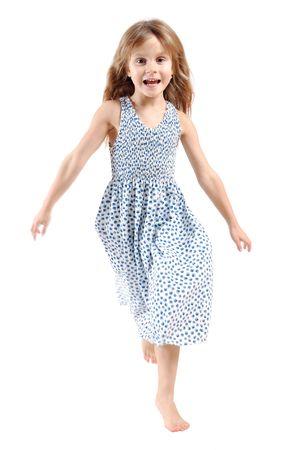 enfant qui court: adorable fille de 5 an caucasien marche