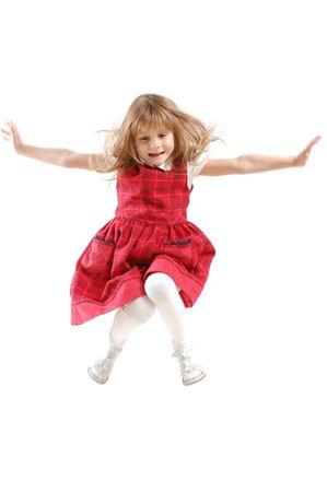 salto largo: adorable ni�a de 5 a�o de edad cauc�sicos volando alto
