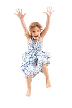 salto largo: adorable ni�a de 5 a�o de edad cauc�sicos saltando y gritando sobre blanco