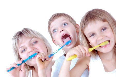 lengua afuera: familia limpieza de dientes sobre fondo blanco