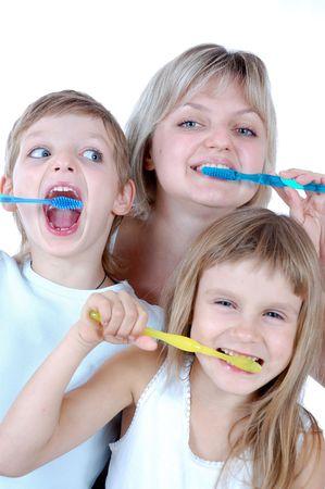 cepillarse los dientes: familia limpieza de dientes sobre fondo blanco