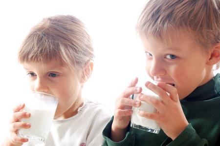 tomando leche: Ni�os bebiendo leche de gafas juntos