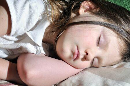自宅で眠っている少女