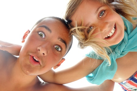 hermanos jugando: feliz hermano y hermana jugando al aire libre en un día de verano Foto de archivo