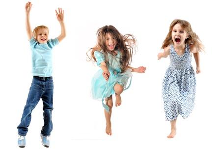 pies bailando: Felices a los ni�os saltando y bailando. Aislado en blanco.