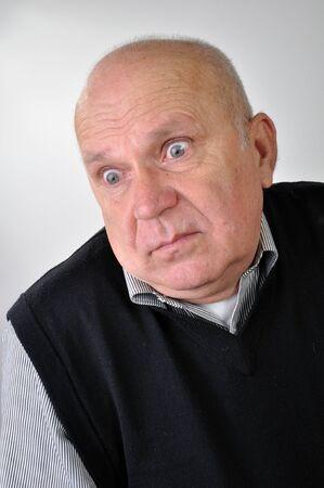 tonto: retrato de un hombre mayor con expresión de desconcierto Foto de archivo