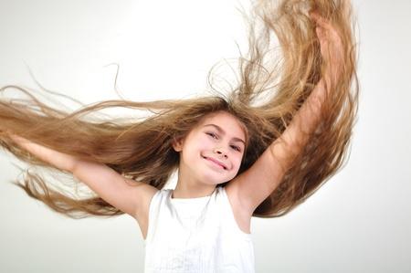 salto largo: hermosa ni�a feliz y sonriente con el pelo largo