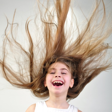 long shot: bella ragazza sorridente felice con i capelli lunghi Archivio Fotografico