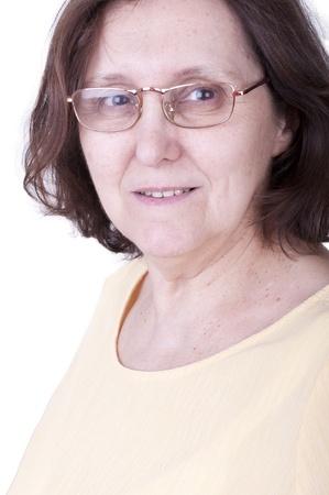 damas antiguas: retrato de una mujer mayor mirando natural sonriente con gafas
