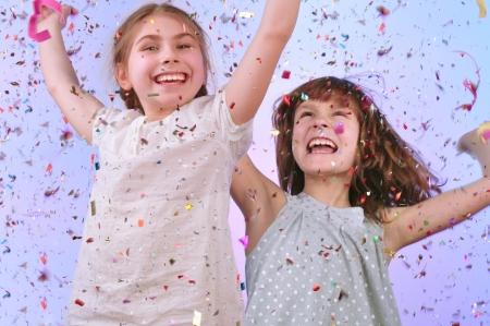 chicas bailando: Retrato de estudio de dos ni�os alegres divertirse y bailar en la fiesta Foto de archivo