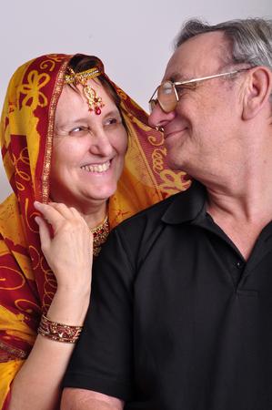 hombre con sombrero: retrato de hombre mayor y una mujer con ropa tradicional de la India