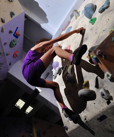 bouldering: Bambina esercizio, arrampicata su roccia e bouldering