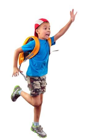 niño con mochila: Retrato de un pequeño escolar con mochila y una gorra de running, saludando con la mano y gritando. Aisladas más de fondo blanco. Foto de archivo
