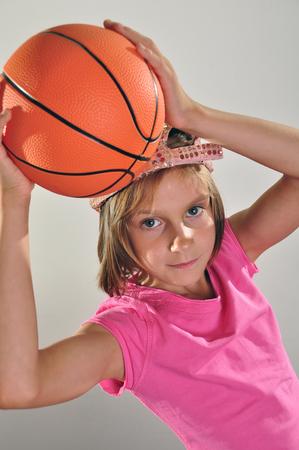 baloncesto chica: joven jugador de baloncesto hace un tiro con una pelota