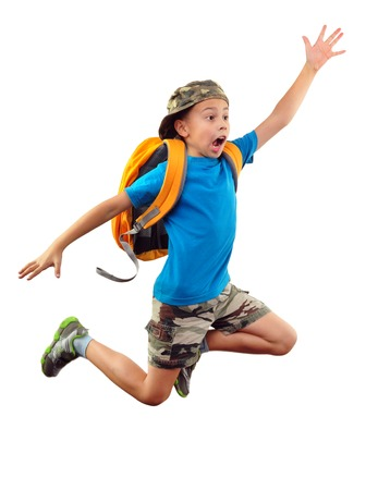 バックパックとキャップを実行して、ジャンプ、彼の手と手を振って、叫んでいると小さな男の子の完全な長さの肖像画。人間の感情、表情、おび 写真素材