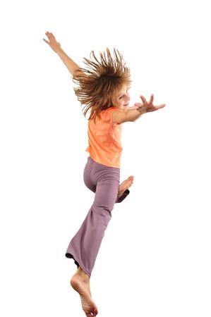 niños danzando: Retrato de una niña saltando descalzo lindo y baile. Aisladas más de fondo blanco