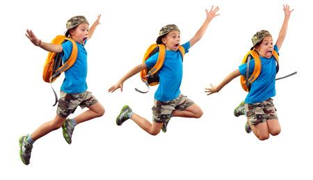 niño con mochila: secuencia de niño con mochila y una gorra de jumpingm correr, agitando con la mano y gritando. Aisladas más de fondo blanco Foto de archivo
