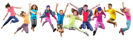 team van actieve sportieve kids vrienden met halters en bal geïsoleerd op witte achtergrond
