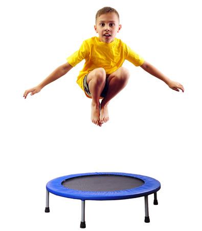 Portret van een leuke sportieve, vrolijke gelukkige jongen springen en dansen op trampoline. Kindertijd, vrijheid, geluk concept.