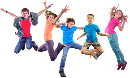 Группа счастлива танцы, прыжки вместе детей isolater на белом фоне. Фото коллаж. Детство, активный образ жизни, спорт и счастье концепции.