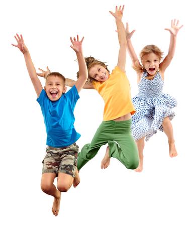 Groep gelukkige vrolijke sportieve blote voetenkinderen kinderen jongen en meiden springen en dansen. Kinder groep portret geïsoleerd op witte achtergrond. Kindertijd, vrijheid, geluk, dans, beweging, actie, activiteit, actieve sport levensstijl concept.