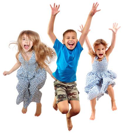 groep blote voeten kinderen schreeuwen schreeuwen springen dansen. Geïsoleerd op witte achtergrond. Jeugd, vrijheid, geluk, actieve levensstijl concept. Jonge jumpers kinderen meisjes een? jongen Stockfoto