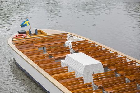 bandera de suecia: Gothenburg, Sweden - August 13, 2016. Empty sightseeing boat i rainy weather.