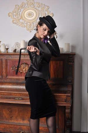 ひだ立ってピアノの近くとの帽子の女の子