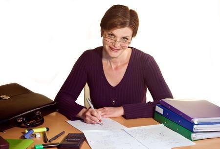 cansancio: la mujer se sienta muy cerca de la mesa y la escritura Foto de archivo