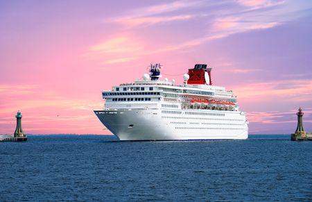 luna de miel: gran crucero que entran en la zona del puerto