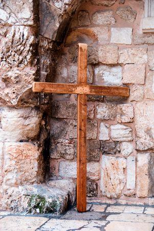 perdonar: Cruz de madera cerca de la pared en la ciudad vieja de Jerusal�n.