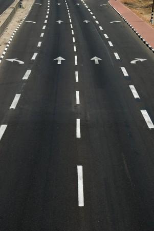 flecha direccion: direcci�n de la flecha de carretera de asfalto  Foto de archivo