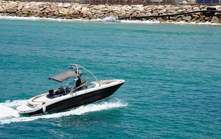 Motorboot op de route op de middellandse zee Stockfoto
