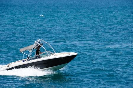 bateau de peche: Bateau � moteur sur la route sur la mer M�diterran�e Banque d'images
