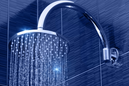close-up van chroom douche kop met stromend water Stockfoto