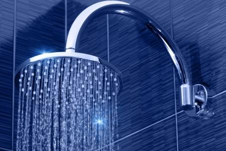 caliente: primer plano de la cabeza de ducha del cromo con un chorro de agua