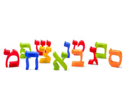 cartas imán del refrigerador del alfabeto hebreo de ortografía sobre fondo blanco Foto de archivo - 36398701