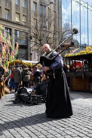 gaita: PRAGA, REPÚBLICA CHECA ABRIL 04, 2015: Músico de la calle (Músicos callejeros) con gaitas en la plaza de la Ciudad Vieja.