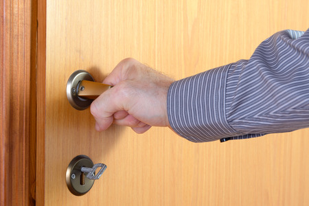 cerrar la puerta: La persona que abre una puerta interior