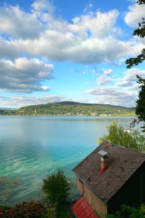 uitzicht op het meer Worth (Worthersee). Oostenrijk