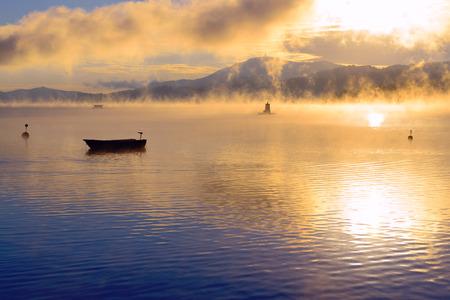 majestueuze zonsopgang boven Lake Worth (Wörthersee). Oostenrijk.