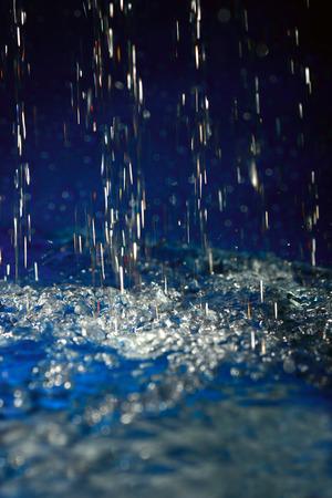 kropla deszczu: Kropla wody w kluczu niskiego, zbliżenie. Zdjęcie Seryjne