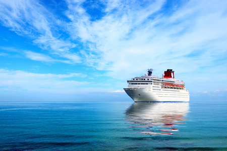 大きなクルーズ船は、地中海に係留。晴れた日。 写真素材