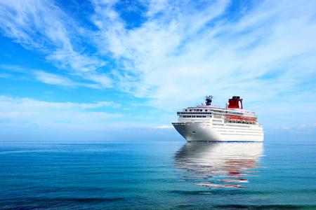 큰 크루즈 라이너 지중해에 정박 해있다. 맑은 날.